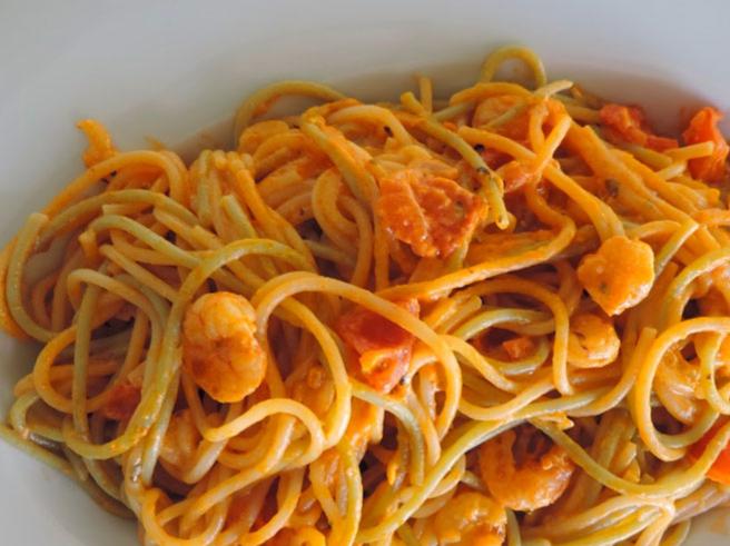 Espaguetis con tomate y gambas - Espagueti con gambas y nata ...