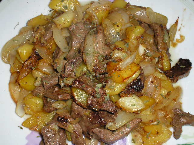Higado de ternera con cebolla y patatas rojas for Cocinar higado de ternera